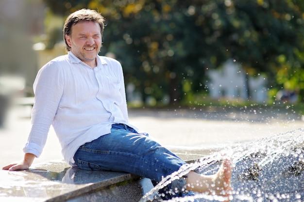 Mittelaltermann, der spaß in einem stadtbrunnen hat