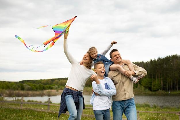 Mittelgroße familie mit buntem drachen