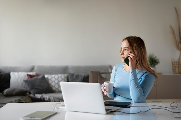 Mittelgroße frau, die am laptop arbeitet