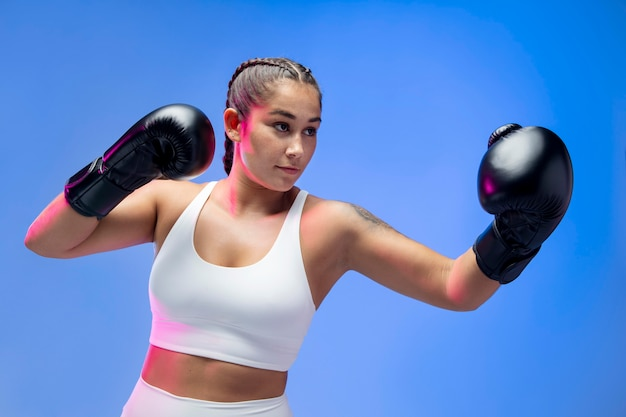 Mittelgroße frau mit boxhandschuhen
