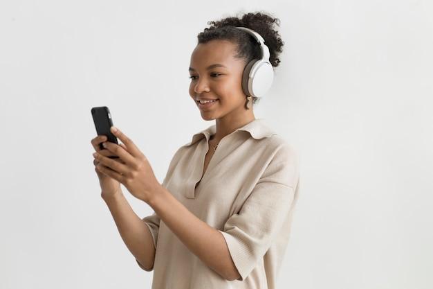 Mittelgroße frau mit kopfhörern