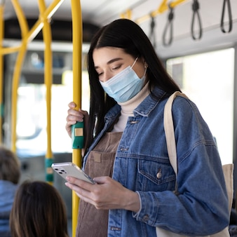 Mittelgroße frau mit maske
