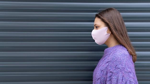 Mittelgroße frau mit rosa maske