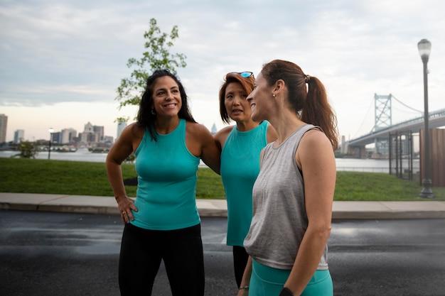 Mittelgroße frauen, die zusammen sport treiben