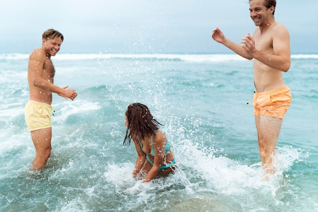 Mittelgroße freunde mit badeanzügen