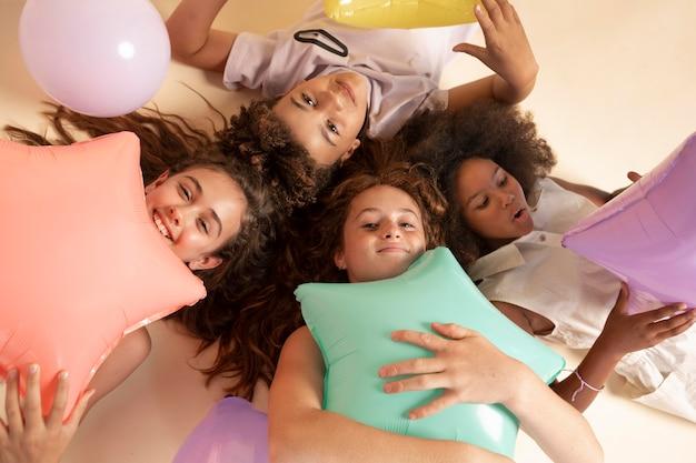 Mittelgroße kinder, die mit luftballons feiern