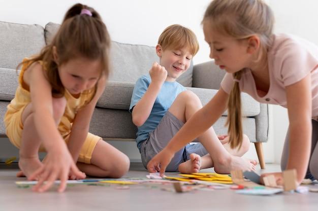 Mittelgroße kinder, die zusammen spielen