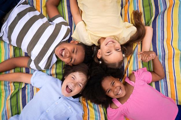 Mittelgroße kinder liegen zusammen Kostenlose Fotos