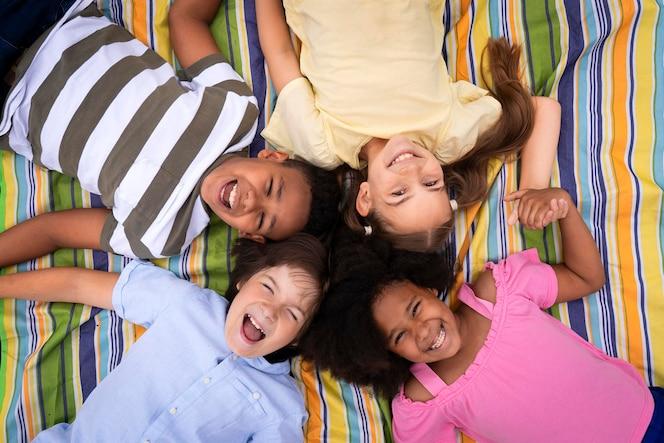 Mittelgroße kinder liegen zusammen