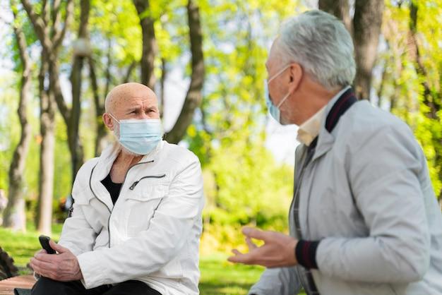 Mittelgroße männer mit masken