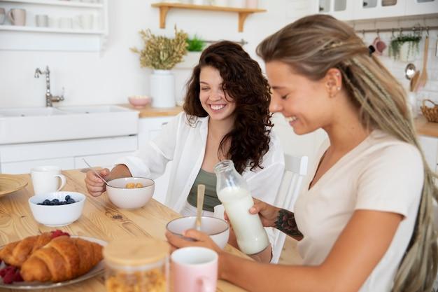 Mittelgroße mitbewohner beim frühstück
