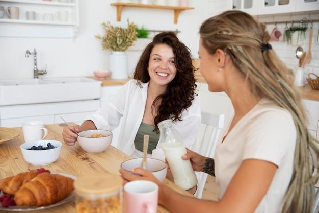 Mittelgroße mitbewohner beim gemeinsamen frühstück