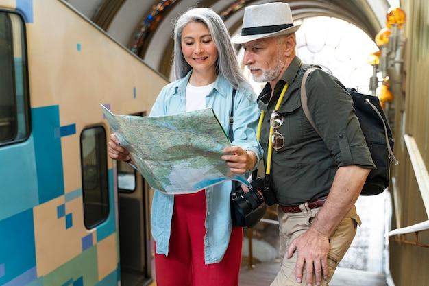 Mittelgroße senioren mit karte Kostenlose Fotos