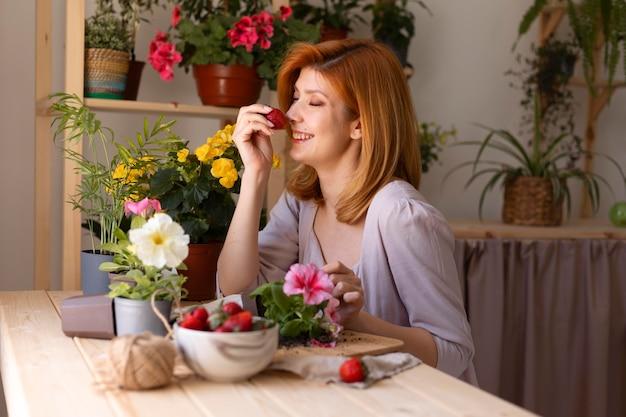 Mittelgroße smiley-frau mit erdbeere
