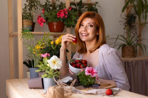 Mittelgroße smiley-frau mit erdbeeren