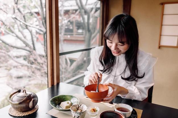Mittelgroße smiley-frau mit essen