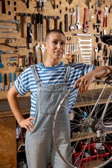 Mittelgroße smiley-frau mit fahrradrad