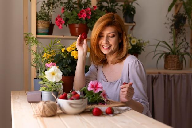 Mittelgroße smiley-frau mit früchten