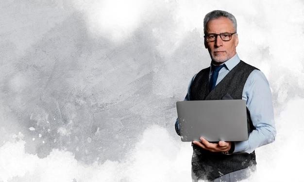 Mittelgroßer älterer herr mit laptop