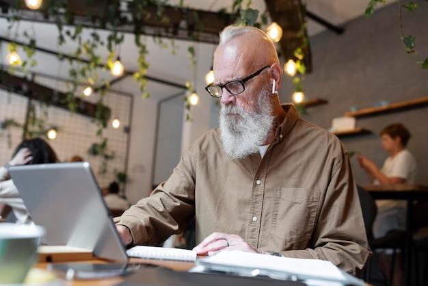 Mittelgroßer älterer mann, der studiert