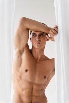 Mittelgroßer, fitter mann mit bauchporträt