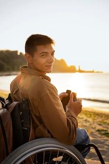 Mittelgroßer mann auf reisen
