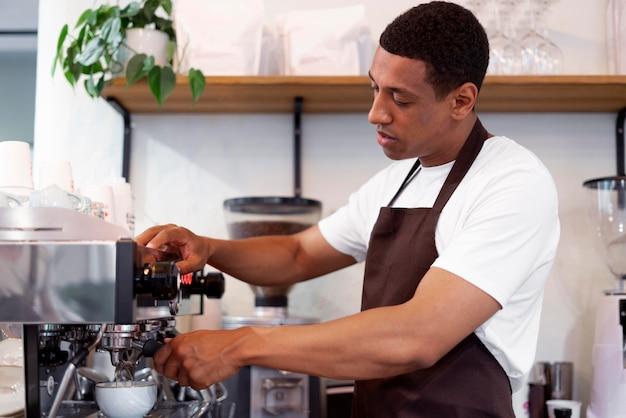 Mittelgroßer mann, der kaffee kocht