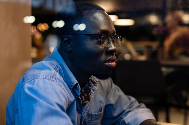 Mittelgroßer mann mit brille