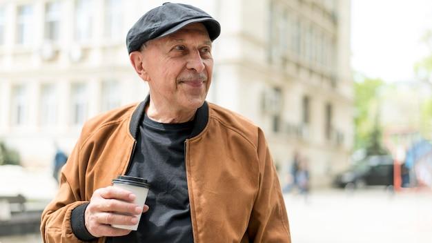 Mittelgroßer mann mit kaffeetasse