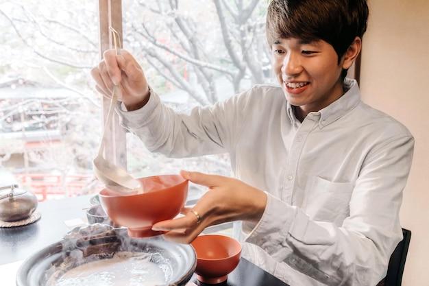 Mittelgroßer mann mit leckerem essen