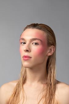 Mittelgroßer mann mit make-up
