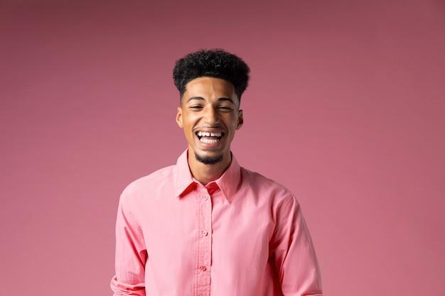 Mittelgroßer mann mit rosa hintergrund