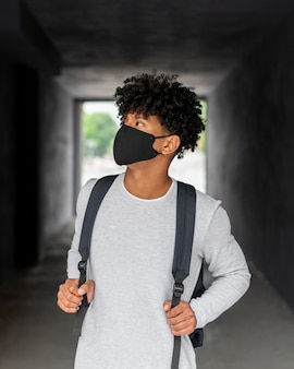 Mittelgroßer mann mit schwarzer gesichtsmaske