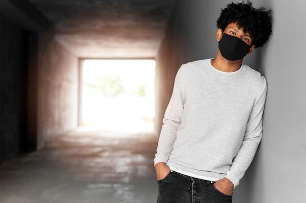 Mittelgroßer mann mit schwarzer maske