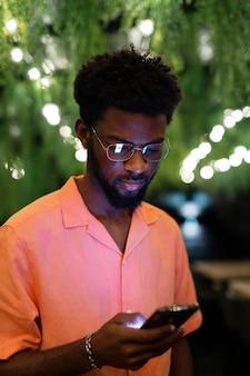 Mittelgroßer mann mit smartphone