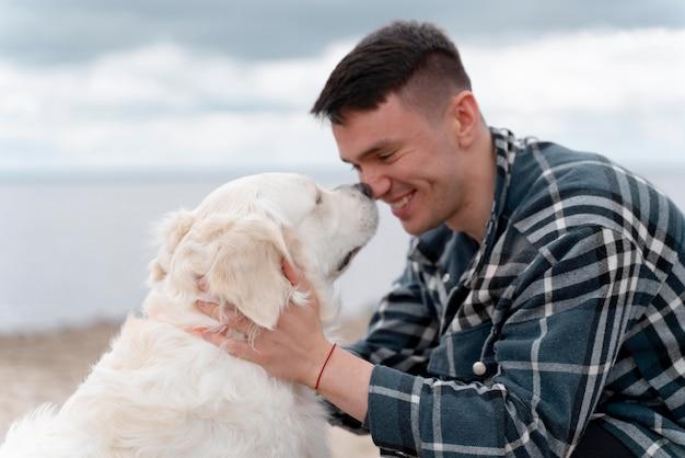 Mittelgroßer mann mit süßem hund