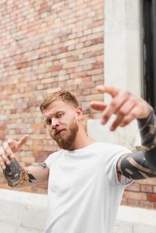 Mittelgroßer mann mit tattoos