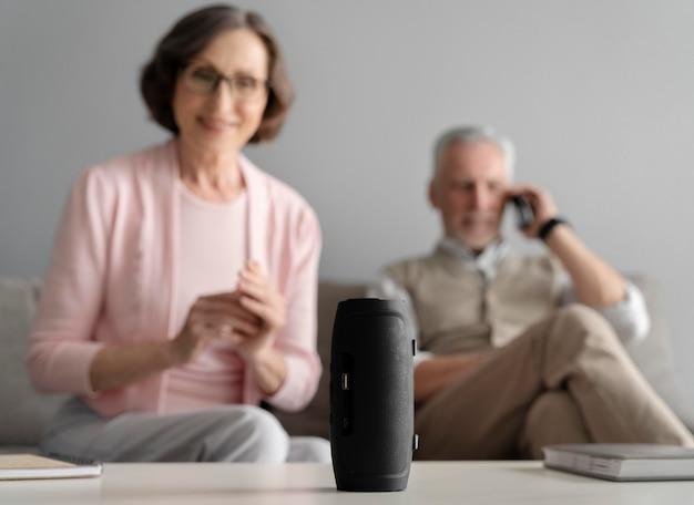 Mittelgroßes glückliches paar mit lautsprecher