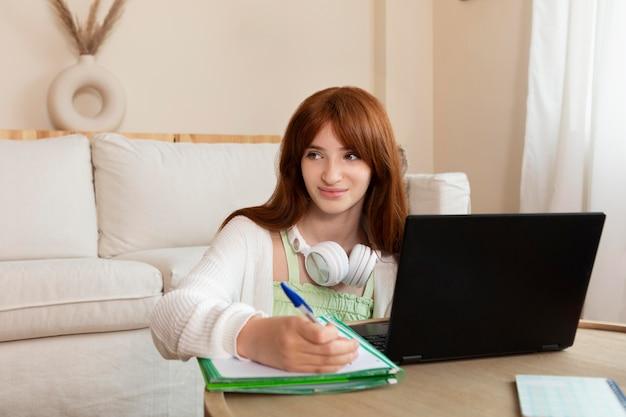 Mittelgroßes mädchen, das online lernt