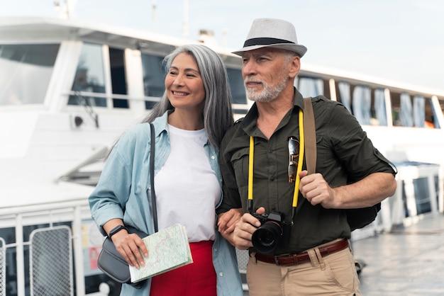 Mittelgroßes paar, das zusammen reist