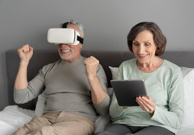 Mittelgroßes seniorenpaar mit gegenständen