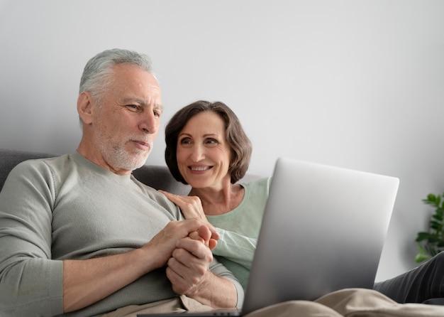 Mittelgroßes seniorenpaar mit gerät