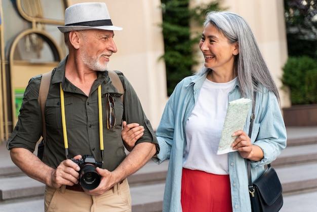 Mittelgroßes seniorenpaar mit karte