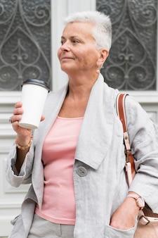 Mittelhohe frau mit kaffeetasse