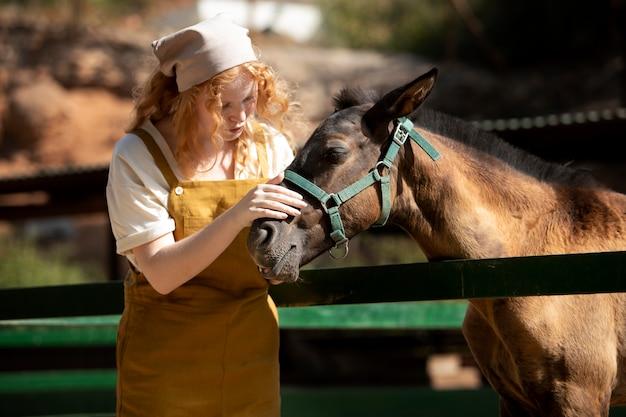 Mittelhohe frau mit pferd
