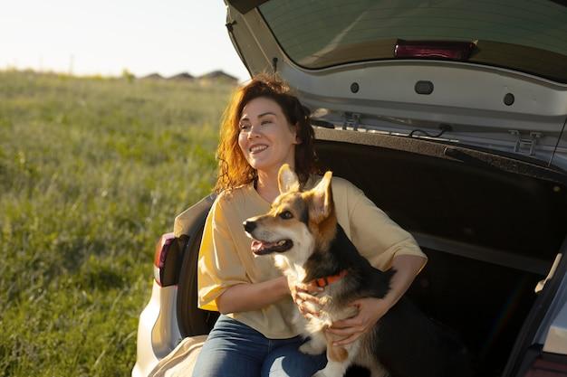 Mittelhohe frau mit süßem hund
