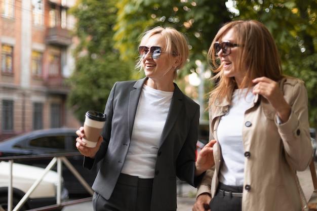 Mittelhohe frauen mit kaffeetasse