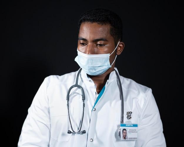 Mittelhoher arzt mit stethoskop