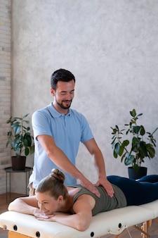 Mittelhoher patient in der physiotherapie