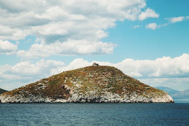 Mittelmeer. reines dunkelblaues wasser. griechenland-landschaft.